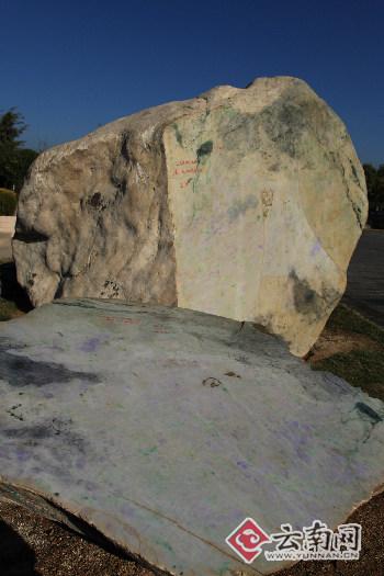 """重达24吨世界上最大翡翠毛石产自缅甸帕敢 现""""居""""腾冲"""