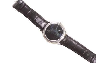 漆器手表亮相 表盘厚度仅有头发丝直径2/3